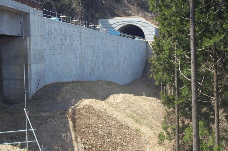 トンネル工事の施工ヤードとしてテールアルメを有効活用