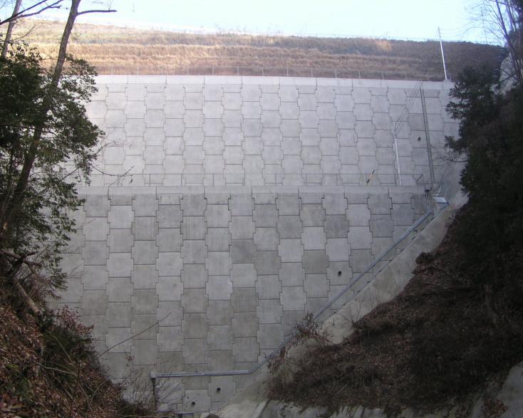 廃棄処分場で使用されたテールアルメ