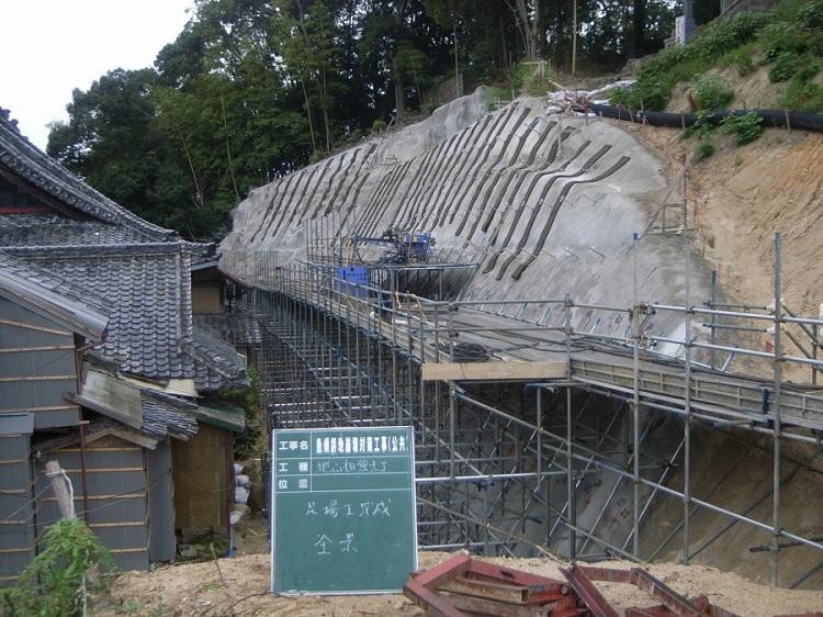 急傾斜崩壊対策で使用された地山補強土工法(スーパーダグシム)