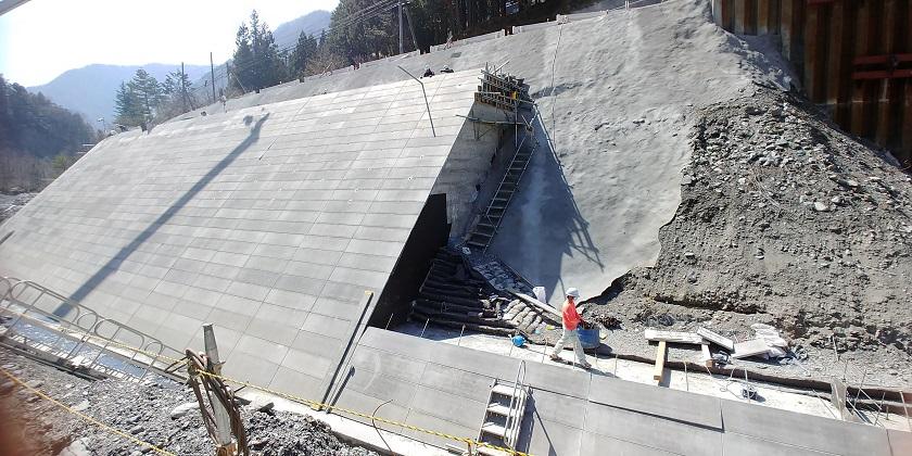 河川災害復旧工事で使用された1割タイプの大型ブロック(M1ウォール)